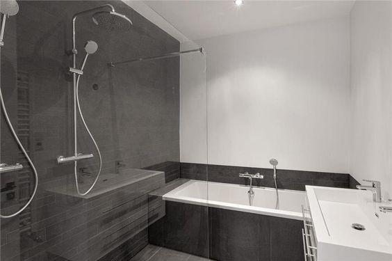 Kleine moderne badkamer met ligbad en inloopdouche kleine badkamer pinterest met for Moderne badkamers