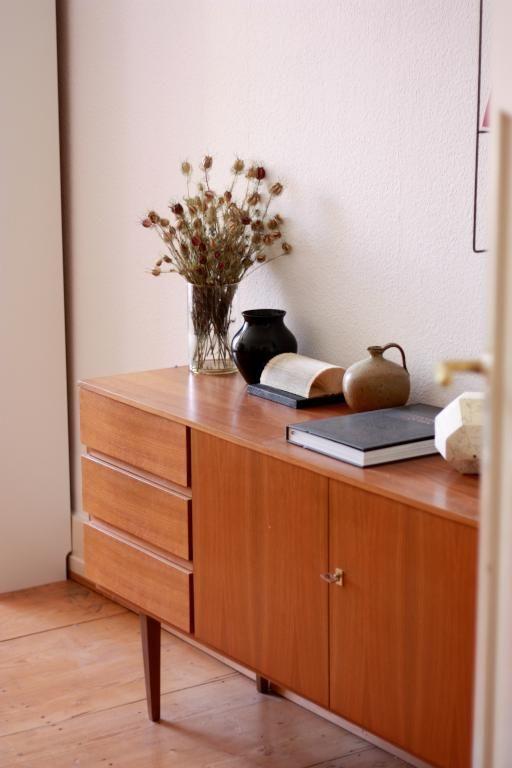 Schöne Holzkommode im Retro-Style, dekoriert mit getrocknetem Blumenstrauß. #Retro #Kommode #Frankfurt