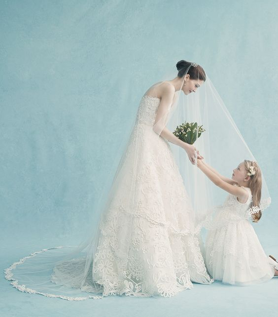 Algo velho.  Algo novo.  Assista nossa nova coleção de noivas vivem em 11:00 EST.  www.oscardelarenta.com