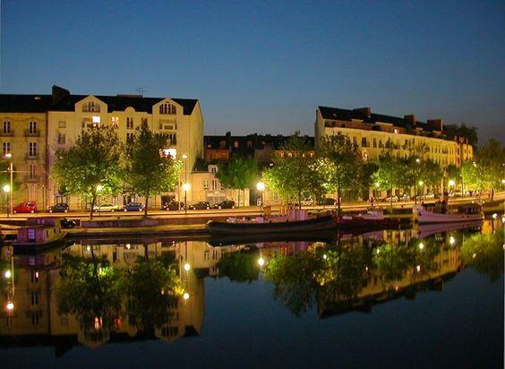 Balade nocturne sur les bords de l'Erdre à #Nantes, quai de Versailles...  Photo : Pymouss44