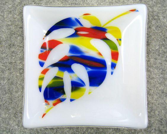 ベースが乳白色で青、赤、黄色で模様の入ったガラスをモンステラの葉っぱ模様にサンドブラストし 透明なガラスの上に乗せ焼成し出来上がったガラス板を曲げ加工してあり...|ハンドメイド、手作り、手仕事品の通販・販売・購入ならCreema。