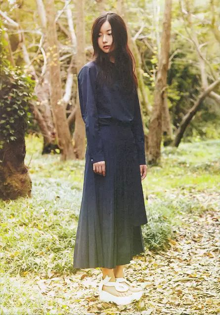紺色のワンピースを着た佐々木琴子