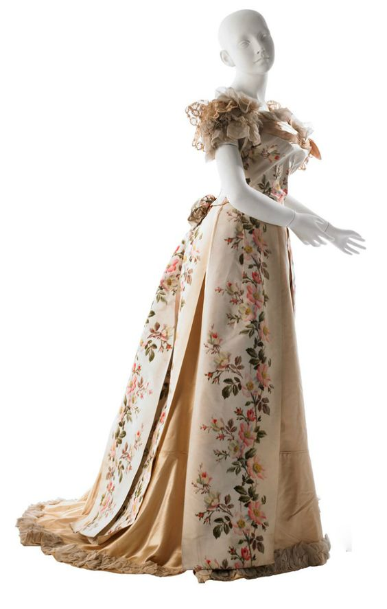 A sublimely pretty Worth evening dress, ca. 1900. Victorian Edwardian vintage fashion.  A Worth dress was the ultimate in fashion.