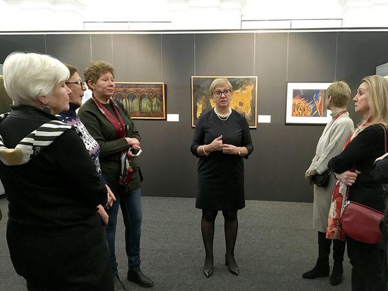 Лидия Харина проводит экскурсию по экспозиции на открытии выставки. Фото Жени Шведы