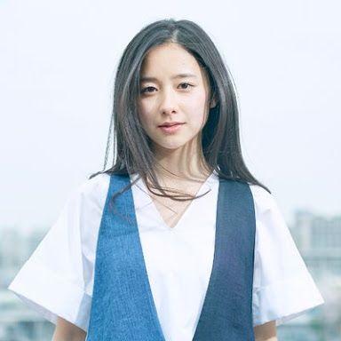 白と青の服を着た堀田真由