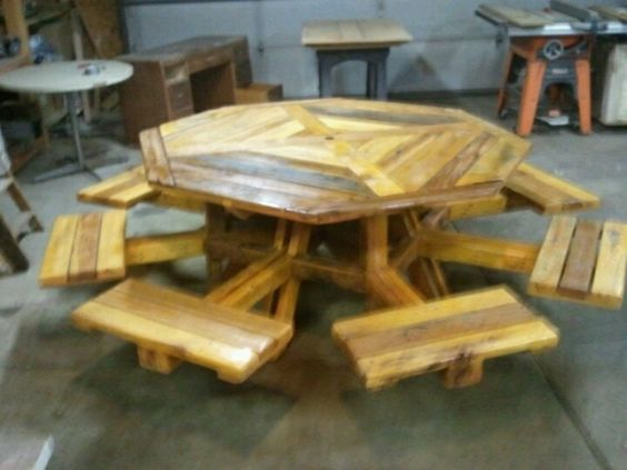 Octagon picnic table made from recycled pallets how coo for Table exterieur palette