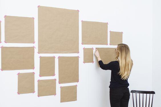Saiba como criar um ambiente harmonioso entre quadros e outros objetos próximos, além da altura correta para pendurá-los. Chega de furar parede à toa!