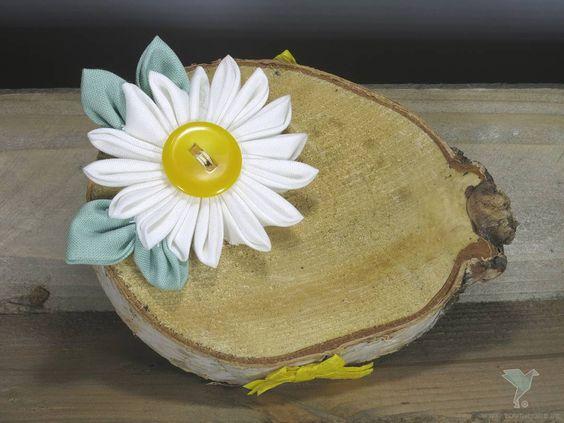 """Holz Ringschale """"Daisy"""" www.yournique.de #yournique #Ringkissen #Ringschale #Kanzashi #Stoffblumen #Stoffblüte #wedding #Handmade #Hochzeit #KanzashiFlower #Holzringschale #NewArrivals"""