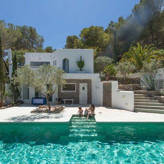 Découvrons une sélection de villas de rêve et demaisons avec piscine, qui seraient idéales pour quelques jours de vacances bien mérités !