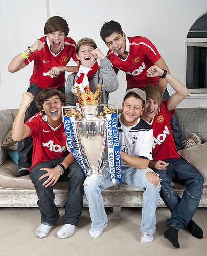 One Direction and Matt Cardle. ( The X Factor winner in 2010.) love how harry awkwardly has a blue tounge