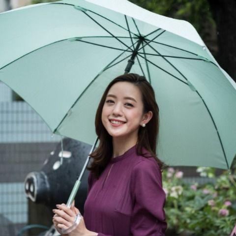 傘を差す古谷有美