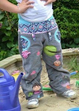 Svenna ist eine bequeme Ballonhose für das ganze Jahr. Eure kleinen und großen Helden und Heldinnen können in dieser Hose rumtoben und sich einfach wohlfühlen.  Für die wärmere Jahreszeit könnt ihr sie einlagig nähen, in der kälteren Jahreszeit näht ihr die gefütterte Variante. Beide Varianten werden ausführlich im eBook beschrieben. Svenna wird grundsätzlich aus nicht dehnbaren Stoffen wie z.B. Baumwolle oder Cord genäht.   Der Schnitt bietet auch zahlreiche Möglichkeiten sich mit klei...