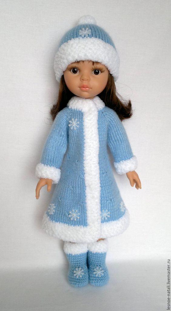 Купить или заказать Костюм Снегурочки для Паолы в интернет-магазине на Ярмарке Мастеров. Костюм Снегурочки для куклы Паола 32 см. Связан из детской акриловой пряжи. Декорирован пластиковыми снежинками. Шубка застёгивается на кнопки.