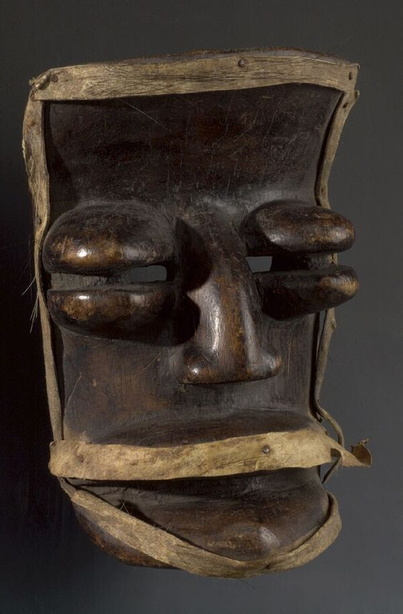 Wooden mask with big bulging eyes [...], Guinea. Museon, CC BY