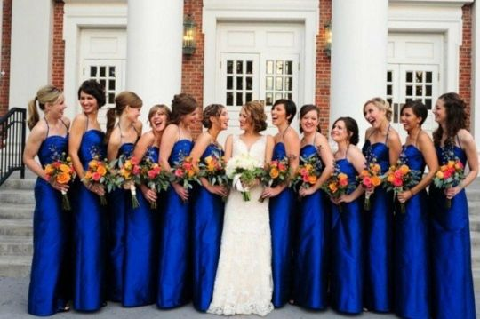 Bouquets orange contre robes bleu foncé