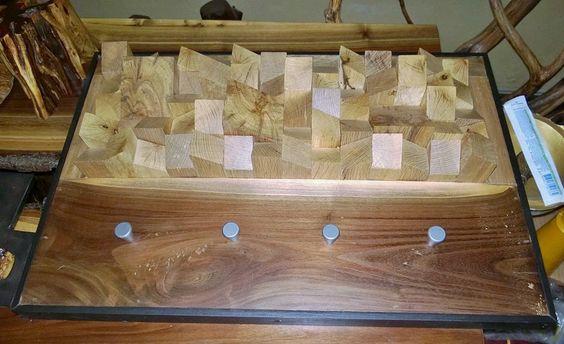 perchero con aplicaciones de encino negro (roble) en madera de nogal y enmarcado con pino entintado al chocolate.