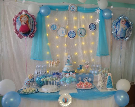 Mesa de golosinas dedicada a frozen para el cumplea os de - Decoracion chuches para cumpleanos ...