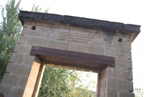 Puerta de piedra que antiguamente daba acceso a los #viñedos familiares y que todavía hoy conservamos. #PuertaVieja
