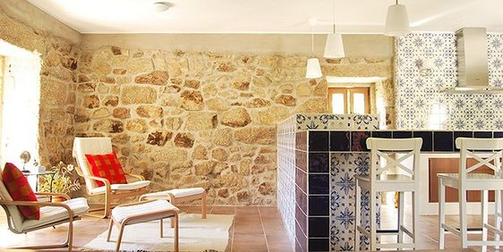 Sala de estar da casa principal, integrada com a cozinha aberta. Os típicos azulejos portugueses chamam a atenção na cozinha: azulejo Cinca, linha Tradicional, 15 x 15, modelo alpedrinha; azulejo Cinca, linha pombalino, 15 x 15, modelo azul cobalto (banca (Foto: Divulgação)
