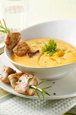 Die wärmt von innen: http://kochen.gofeminin.de/rezepte/rezept_paprika-rahmsuppchen-mit-putenspie-en_310931.aspx