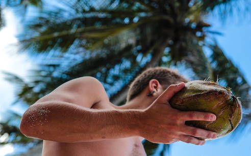 Rum aus Kokosnüssen unter Palmen schlürfen – was will man mehr!