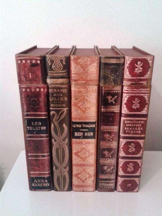 Lindíssima caixa com tampa em formato de livro. <br>Excelente para presentear em qualquer ocasião. <br>Técnicas com stencil e pátina nas laterais. <br>Cor vinho com pátina bronze.
