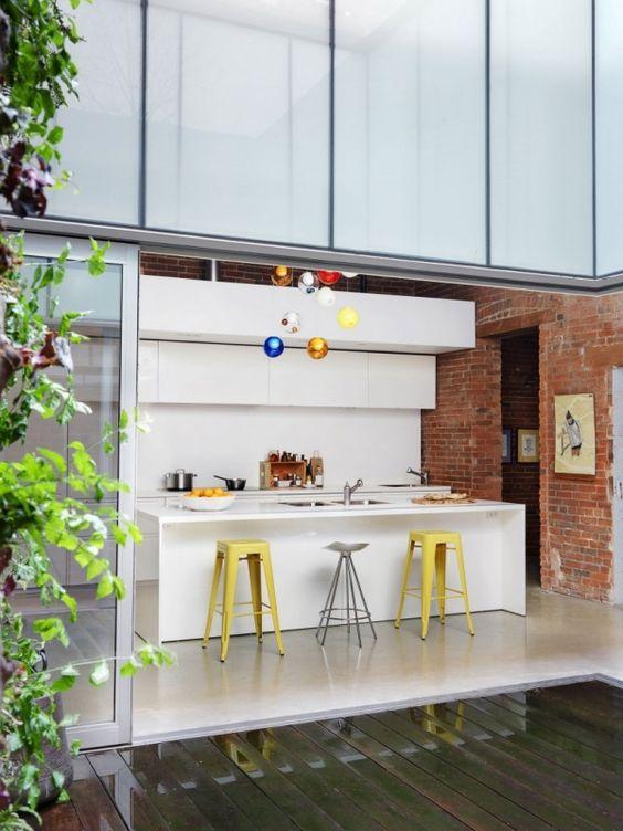 Wohnung Renovierung moderne weiße hochglanzküche backsteinwand