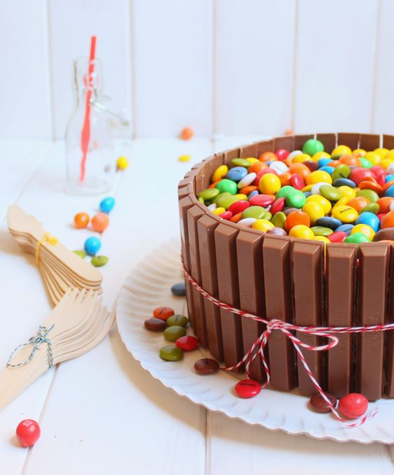 Tarta Kit Kat con Lacasitos y M&Ms