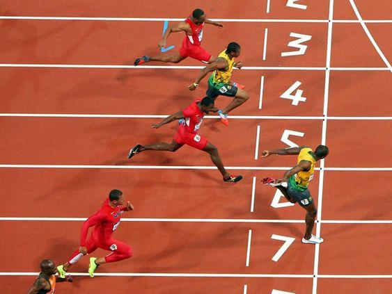 Usain Bolt cruza a linha de chegada e conquista o ouro na final dos 100 m nas Olimpíadas de Londres