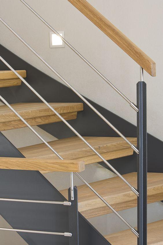 gewendelte HPL-Treppe mit Stufen und Handlauf in der Holzart Eiche ...