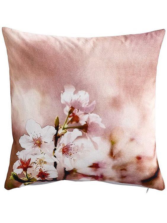 Kissenhülle mit Blumendruck. Mit Reißverschluss. Rückseite uni. Materialzusammensetzung: Obermaterial: 100% Baumwolle...