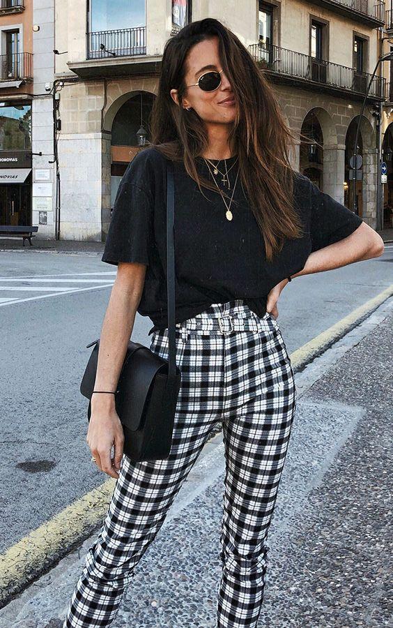 Calça xadrez: a nova queridinha entre as fashion girls. Óculos redondo, t-shirt preta, calça preta e branca