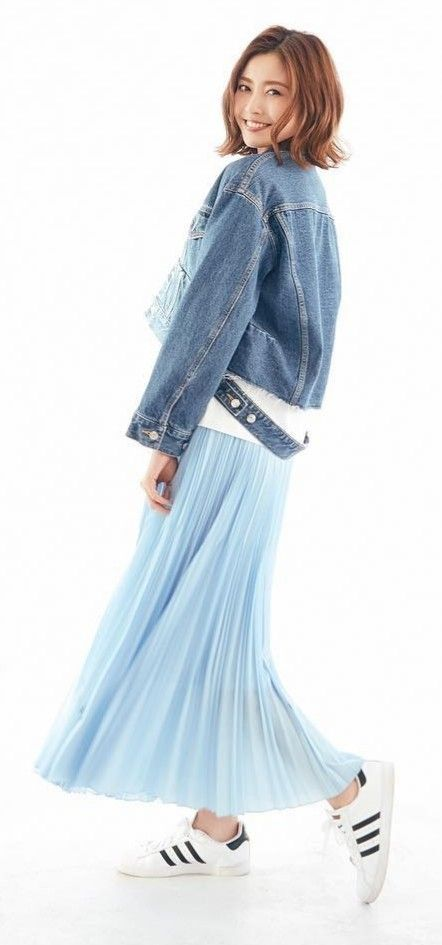 デニムのジャケットを着たスカートがなびいている片瀬那奈の画像