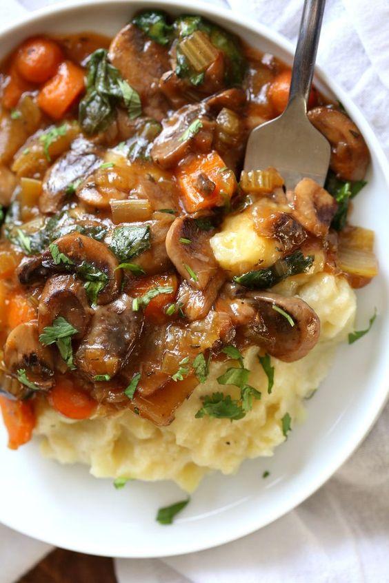 Seta Bourguignon vegano servido sobre puré de coliflor de patata. Todo cocinado en una olla instantánea junto con PIP (olla en olla). ## VeganRicha Vegan #Glutenfree #Nutfree Recipe, puede ser #Soyfree