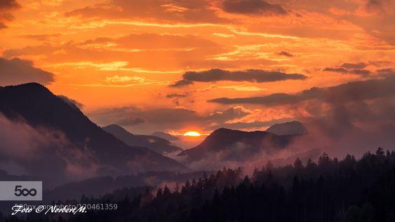 Sonnenuntergang über den Bergen....... Sonnenuntergang über den Bergen mit Blick auf das Drautal in Kärnten / Österreich.