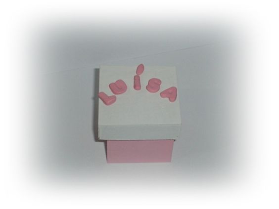 Lembrancinhas caixinha em mdf 4x4 com nome na tampa  tampa sobreposta   não enviamos amostras  pedido minimo 25 unidades    livre escolha das cores  letras em biscuit = nome da bebê  Embaladas em saquinho fita de cetim e tag no tema  personalizado R$ 5,50