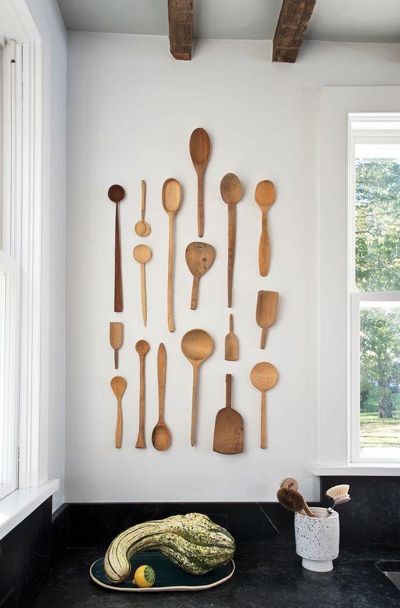 houten pollepels aan de muur in de keuken ter decoratie en om je keuken te pimpen
