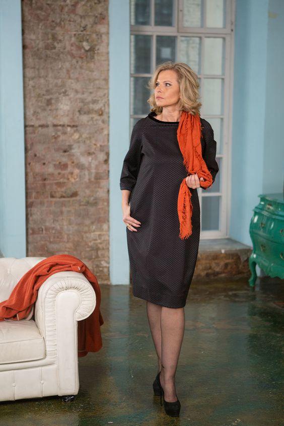 Эффектное жаккардовое платье прямого силуэта средней длины с бархатным воротником-валиком, с карманами.