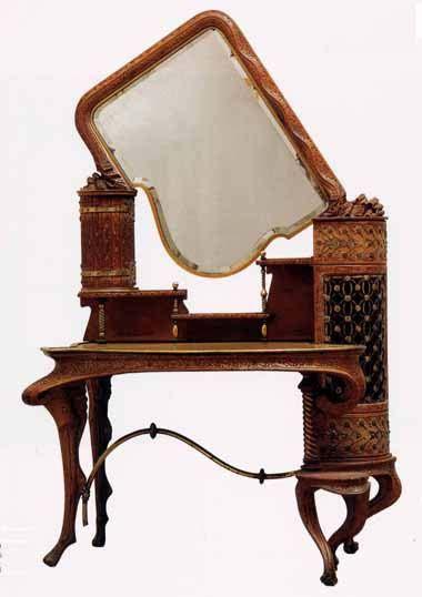 Gaudí. Palacio Güell (1886-1889).Fueron construidos por F. Vidal en el año 1888. Destaca el Tocador de un diseño increíblemente moderno para la época, totalmente asimétrico, con un espejo que podria pasar por un producto de vanguardia, incluso en la actualidad. El mueble  Gaudí: Tocador del Palacio Güell  diseñado para una utilización muy confortable, ya que permitía tener todos los utensilios de belleza a mano de su propietaria. http://www.gaudiallgaudi.com/