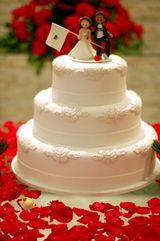 Un pastel de bodas artificial muy bello y elegante.