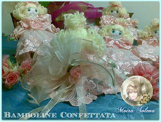 BAMBOLINE BOMBONIERE. Bamboline per confettata, anima in fil di ferro, cucite interamente a mano con pizzo pregiato.
