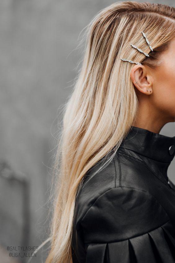 Veja como usar esse acessório mega estiloso que se tornou o item mais fashionista do street style. #presilha #acessóriodecabelo #fivela #grampo #fiveladecabelo #fivelacabelo #grampodecabelo #presilhastendencia  #grampodecabelocomperola