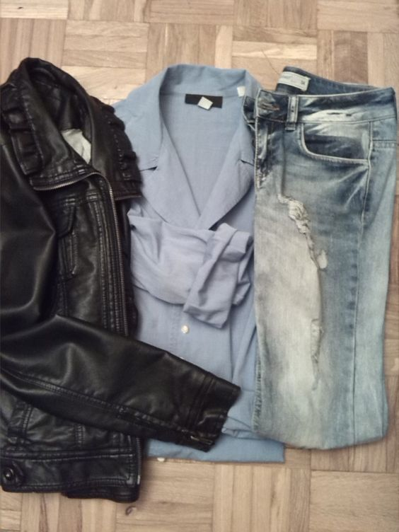 Look 4: Ponte una camisa azul con manga larga y unos vaqueros rotos desgastados.