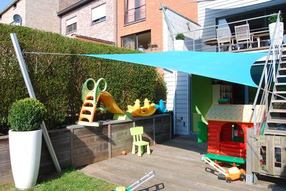 Protection solaire pour une crèche : Une voile d'ombrage Umbrosa Limited Edition. Rectangle de 3x5 m de couleur Lagoon. Une réalisation de COTE TERRASSE.