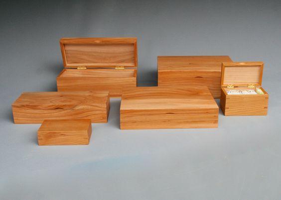 Klassieke kistjes met klepdeksel  Handgemaakte houten kistjes van massief - veelal Hollands hout - met klep deksel. De messing Quadrant scharnieren hebben een begrenzing, waardoor de klep op 110 gr. op blijft staan.   Gemaakt door meubelmaker Theo Ruigrok
