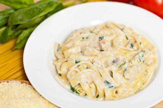 Hier ein Rezept für ein schnelles, köstliches Mittagessen: Fettucine Alfredo mit Huhn und cremiger Sauce.