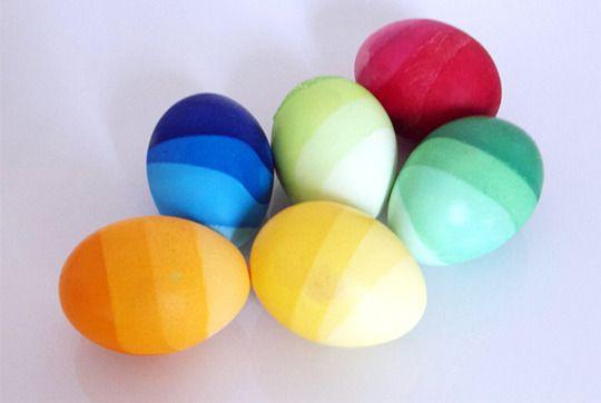 Ostereier mit wunderschönem Farbverlauf    Ohne Zusatzstoffe lassen sich Eier ganz natürlich mit Roter Beete, Heidelbeeren, Safran und Spinat färben.    Ombre dyed easter eggs