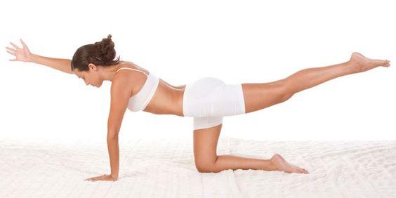"""Die Yoga-Übung """"Katze"""" schult das Gleichgewicht."""