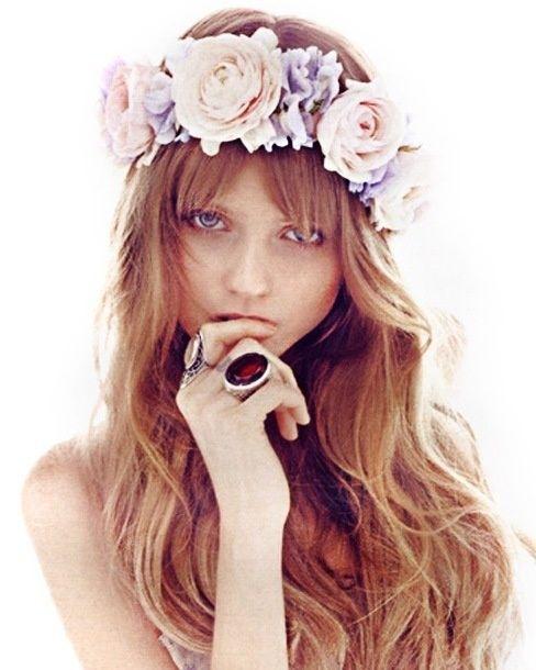 Coronas de flores para el pelo. Románticas y divertidas. Ideales para novias diferentes.   #novias #brides #peinadonovia #coronadeflores