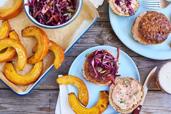Cajun kipburger met koolsla en geroosterde pompoen | Marley Spoon